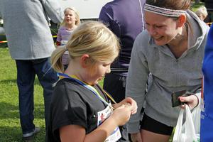 Sjuåriga Maja Kaltea visade medaljen för mamma Cecilia Jensling efter väl genomfört lopp.