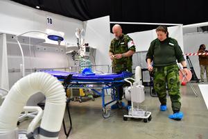 Bild från pressvisningen av det fältsjukhus som byggts upp i Stockholmsmässan i Älvsjö med anledning av coronapandemin. Foto: Jonas Ekströmer / TT