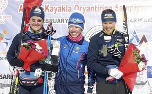 Magdalena Olsson, till vänster, tog silver vid VM i skidorientering i februari. I bilden från sprinten syns Alena Trapeznikova och Tove Alexandersson. Foto: Orienteringsförbundet