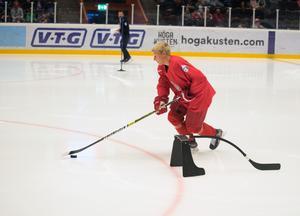 Linus Pettersson stod för en riktig delikatess under en strafftävling på Modo Hockeys officiella ispremiär. Junioren hoppas kunna bjuda på nya finter i hockeyallsvenskan i vinter.