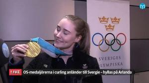 Sara McManus visar upp guldmedaljen.