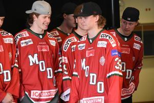 Tom Hedberg på ceremonin för SM-guldhjältarna i J20-laget tidigare i vår.