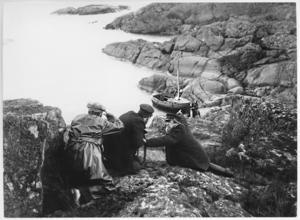 Spaning på smugglarna. Ur filmen Havsgamar. Foto: Svensk Filmdatabas