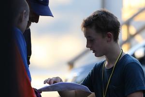 Wylliam Husson, Hugo Flordal och Arvin Husson studerar kartan efter målgång. Foto: Petra Pavlovska