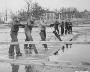 Issågning på Svartån utanför Konserthuset 1934. Vasabron i bakgrunden är bara åtta år gammal. Fotograf: Arne Lundh.  (Bildkälla: Örebro stadsarkiv)