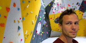 Fredrik Niva framför klätterklubbens nya väggar i Hemsta.