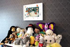 Iggy tycker om alla sina gosedjur men nu har hon delat med sig till ett barnhem i Thailand.