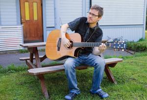 Johan Bakke är både solomusiker och med i coverbandet Platina.