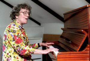 Hjördis Schymberg själv i gång vid pianot på Schymbergsgården. Den legendariska operasångerskan avled 2008, 99 år gammal. Bild: Mårten Englin