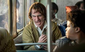 Arthur  Fleck (Joaquin Phoenix) kan inte kontrollera sitt skratt i filmen