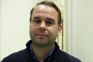 Biträdande kommunchef Mikael Björk tycker att Kent Ström bör få bygga på marken han äger.