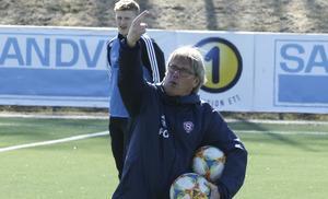 SIF-tränaren Pelle Olsson pekar ut segerriktningen under lördagens träning.