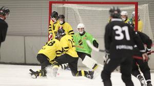AIK och Bergwall i en träningsmatch tidigare i höst. I säsongspremiären kryssade storfavoriten mot Tillberga.