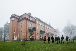 Efter prisutdelningen gick man runt och inspekterade det varsamt renoverade gamla sanatoriet i Adolfsberg.