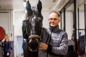 Leif Hall tillsammans med ridskolehästen Fissur.