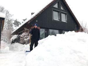 Mannen Björn skottar på Rönnbärsvägen i Fågelsången. Foto: Anastasia von Born