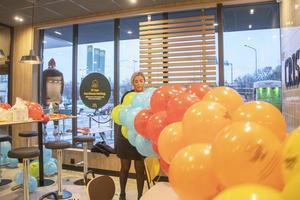 Personalen hade fullt upp med att få ordning på ballongerna strax innan invigningen.