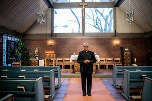 Fader Raphael Kurian är väldigt stolt över att Falun är en av få katolska församlingar som får besök av  Thérèse av Jesusbarnet.