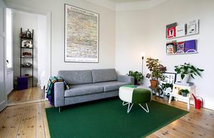 Låt mattan sticka ut från soffan för att skapa rum i rummet.Foto: Claudio Bresciani/TT