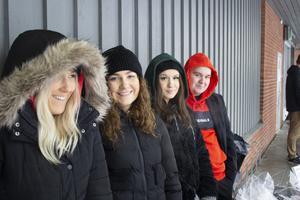 UF-företagarna från Thorén Business school stod och sålde delikatesser för att tjäna in pengar till deras företag We fix. Från vänster: Saga Birkenholf, Maja Fasching, Celina Smrecki och Rasmus Estelli.
