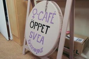 Förutom föreläsningar och stöd till utsatta kvinnor som söker kontakt så har Svea kvinnojour återkommande kvinnocaféer i lokalerna på Torsgatan.