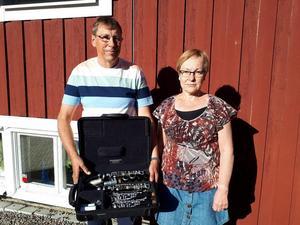 Olle och Lena Nilsson med fyndet. Olle spelar för övrigt på Blåsmusik i Regementsparken torsdag 14 juni. Lena syns på samma evenemang med Hemvärnets musikkår 30 augusti. Bild: Privat.