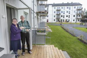 Janita Runudde och Dan Olsson ute på lägenhetens altan i Odenvallen.