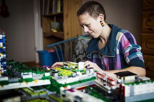Emma Farm är 28 år och lägger 3-4000 kronor per månad på lego.