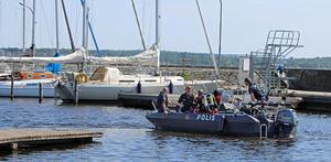 Strax före lunch på onsdagen spärrade polisen åter av runt piren och småbåtshamnen vid Lögarängen för att på nytt ge sig ut med dykare och söka efter försvunna Ingrid Berglund.