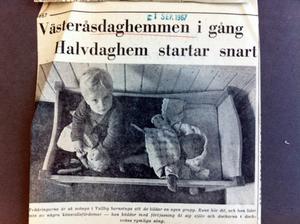 Tvååringarna är så många i Vallby barnstuga att de bildar en egen grupp. Rune hör dit, och han lider inte av några könsrollsfördomar – han bäddar med förtjusning åt sig själv och dockorna i dockvråns rymliga säng.