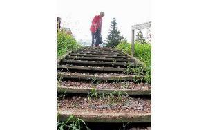 Sigrid Dehlbom har varit i kontakt med kommunen som lovat att laga trappen men ännu har inget skett.  -- Nerför går jag inte alls, räcket är trasigt så det går inte att stödja sig på det. FOTO: ANGELICA LINDVALL