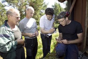 Ove Dahlin, Anders Svahn, Daniel Olsson och Daniel Åkerman begrundar årsringarnas täthet.