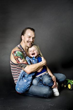 Dan Karlsson-Thofelt är väldigt nöjd över att ha sonen Leopold tatuerad på ena överarmen. Motivet är från början ett fotografi, och kändes helt rätt för Dan med tanke på Leopolds stora intresse för traktorer.BILD: LENNART LUNDkvist
