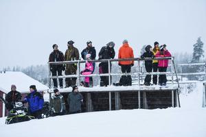 Runtom i backen hade åskådare placerat sig för att kolla på tävlingen.