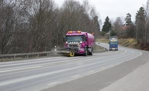 På 66:an tvingades man bland annat sopa bort löst grus som samlats i vägrenarna. På riksväg 40 tvingas Trafikverket lägga om delar av vägen.