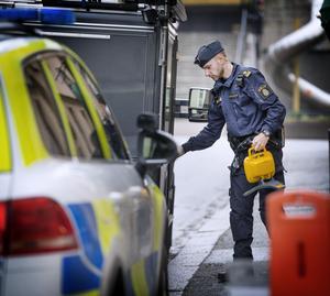 Trots de båda dödsfallen och den inledda brottsundersökningen var det lugnt i området runt den aktuella fastigheten.
