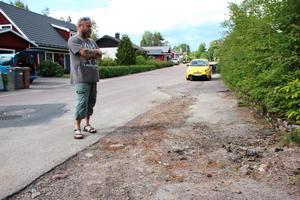 """Asfalten blir inte återställd och gruset ligger kvar på gatorna, visar Jari Kytöjoki: """"Barnen riskerar att slå sig när de cyklar""""."""