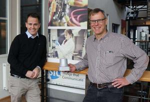 Mattias O´Nils, professor vid Mittuniversitetet, och Örjan Martelleur, vd på MidDec Scandinavia AB, med den nya radonsensorn.Bild: Christine Grafström