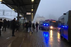 Polisen tvingades stoppa tågtrafiken förbi Örebro C tidigt på måndagskvällen sedan ett 40-tal personer med plakat och flaggor placerat sig i spårområdet.