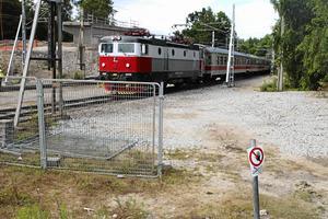 Så här såg det ut när ett av Tågabs tåg var det första att rulla över Kajvägenbron i Ludvika efter broolyckan. Nu kommer det att ske lite mer sällan. Foto: Torbjörn Granling, arkiv
