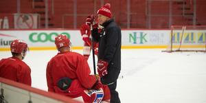Fredrik Andersson i samtal med Morten Madsen och Emil Berglund efter fredagens träning.