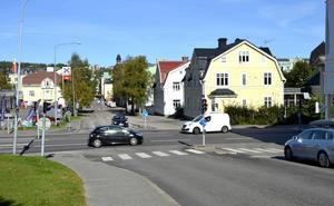 Trafikverket säger att man inte kan förbjuda en vänstersväng ned på Nybrogatan för att man flyttar problemet till andra nedfarter. Det svaret tyder på att man inte utrett detta på plats utan bara teoretiskt, skriver insändarskribenten.