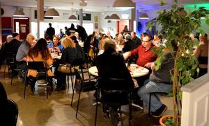 Årets sista kommunfullmäktige i Säter bjöd på lite extra festligheter som till exempel pajbuffé i pausen.