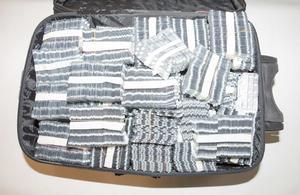 I en resväska låg en stor mängd tablettkartor Alprazolam. Bild: Polisen