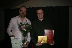 Lars Nygren och Philip Östberg på Lasses Lek, Spel & Tobak fick ta emot diplom som Årets butik i Säter.Foto:  Per Peterson