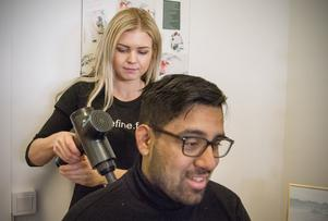 """Josefin Öberg gör klassisk massage och så kallad triggerpunktsmassage. Här testar hon sin inköpta massagepistol på Oscar Torres. """"Det var skönt, men vibrerade enda upp i huvudet"""", sa Oscar."""
