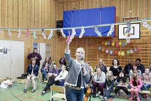 Tunga politikerna Hanna Lindgren (S) hade äran att klippa invigningsbandet som var spänt från långsida till långsida i festlokalen.