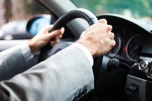 Båda händerna på ratten. Den som kör tryggt och säkert kan få billigare försäkring. Bild: Shutterstock.