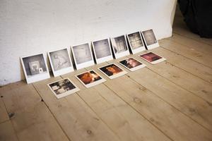 Caroline Thorell jobbar i små format – här med bilder bland annat på sångerskorna som sjungit in rummets ljudslinga.