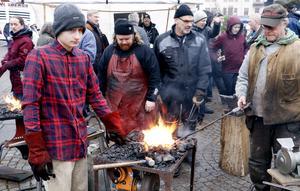 Jonte Renz, B-G Risberg och Julius Bäcklund värmde både sig själva och järnet vid ässjan.